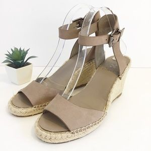 VINCE CAMUTO Tesa taupe leather wedge 8.5 M